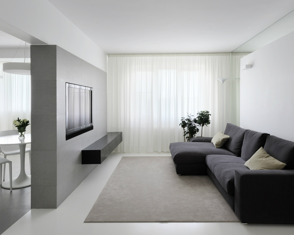 Черный диван в минималистичной гостиной зоне