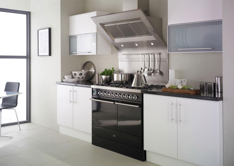 Небольшая черно-белая кухни в стиле минимализм