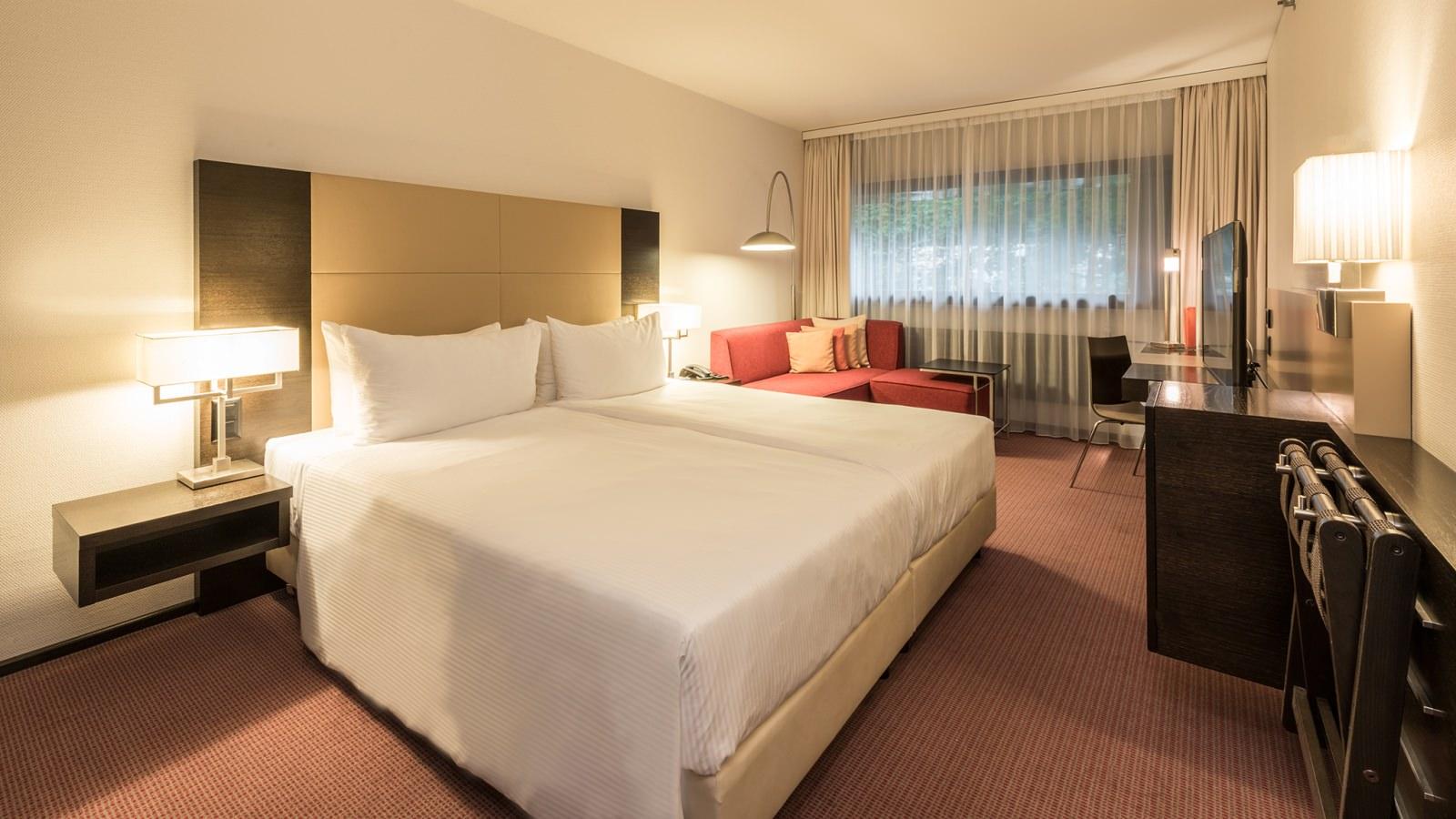 Спальня с рабочим кабинетом в стиле модерн