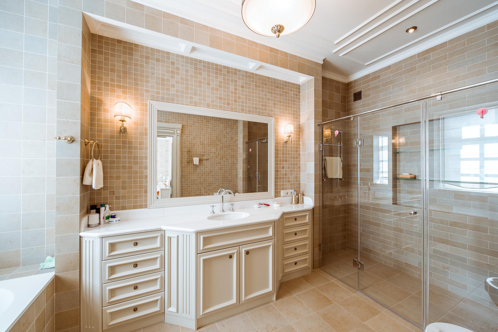 Потолочные молдинги в интерьере ванной