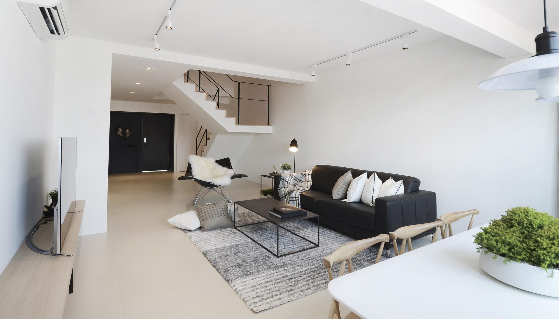 Двухуровневая квартира в монохромном дизайне