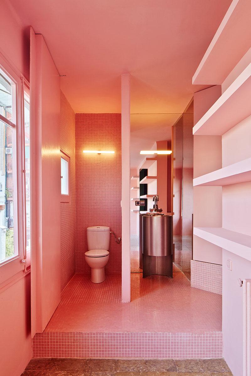 Розовая мозаика в интерьере ванной