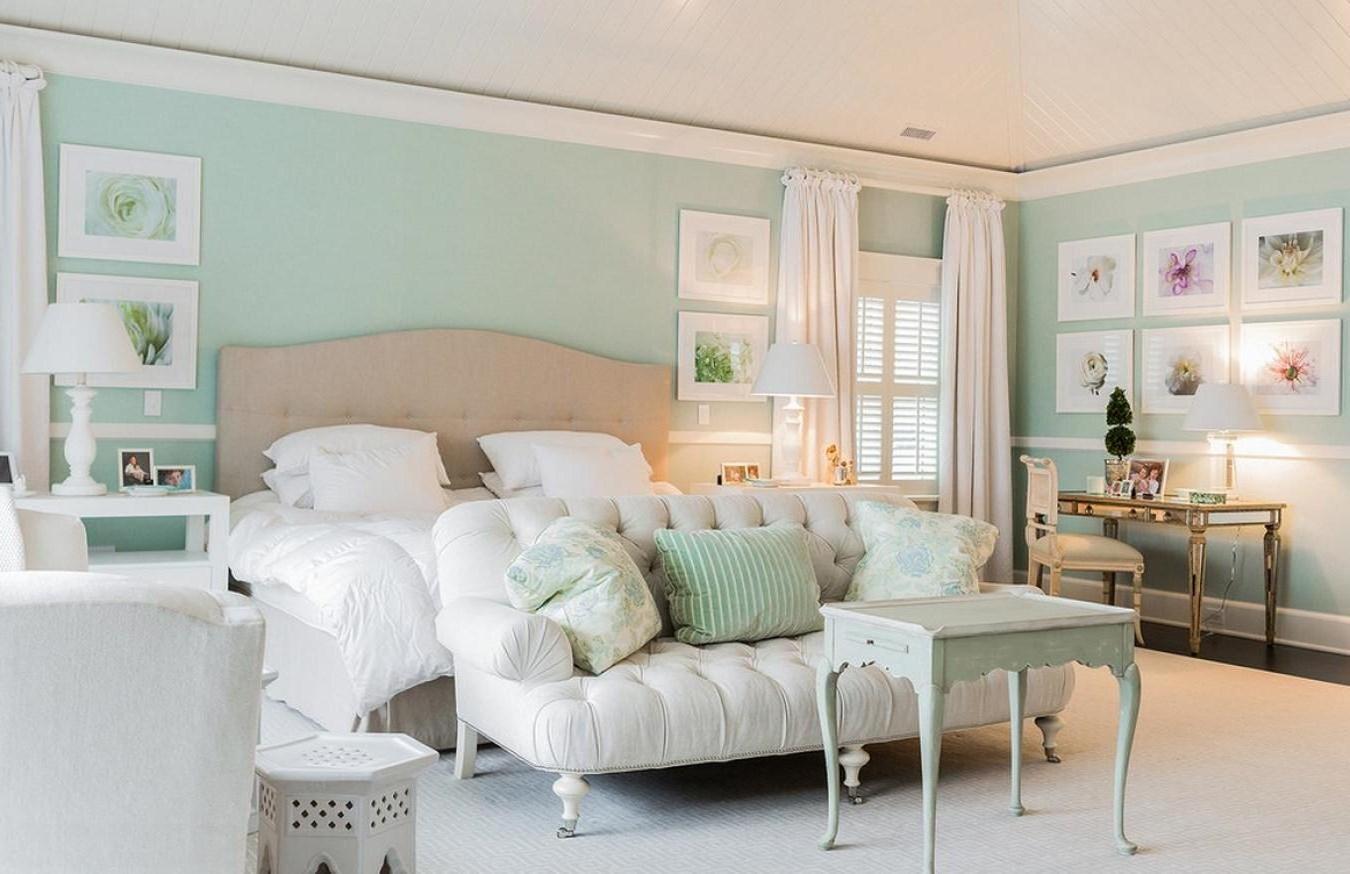 Мятно-белая спальня
