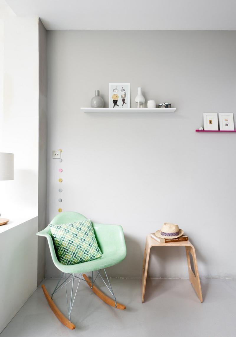 Мятное кресло-качалка в интерьере
