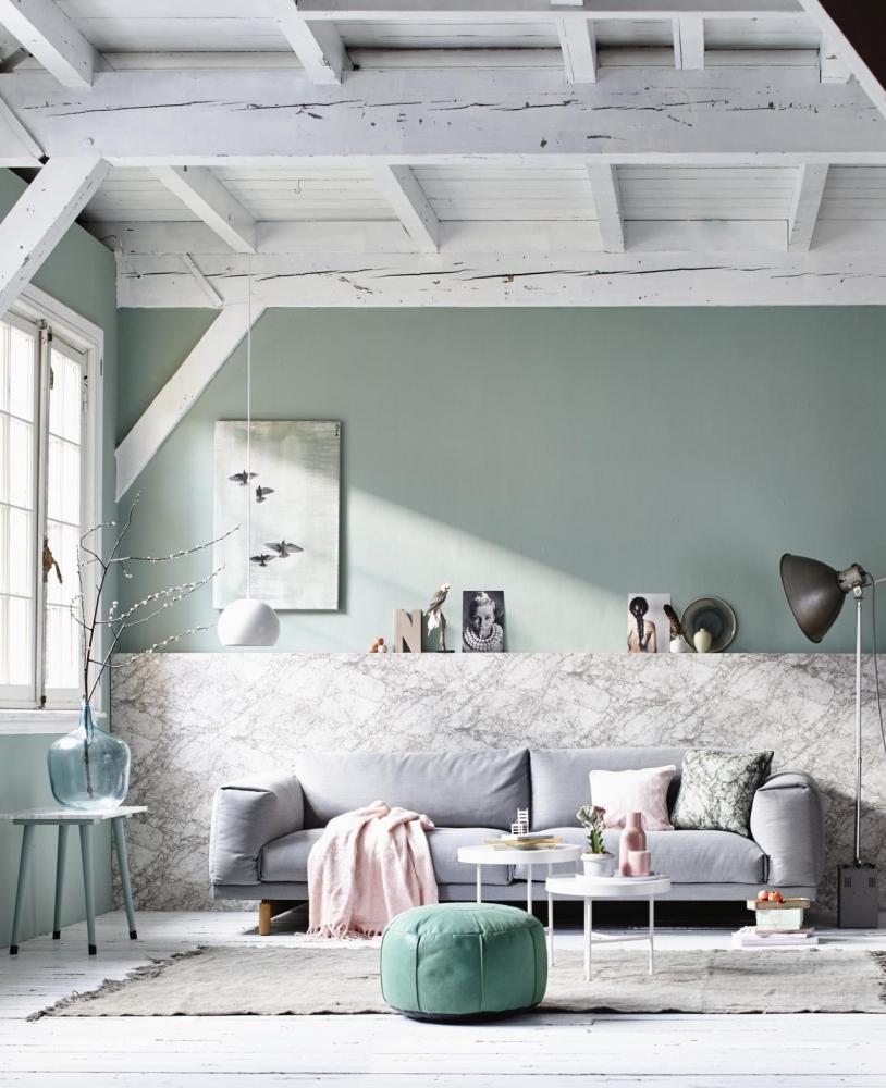 Стены приглушенного мятного цвета в гостиной