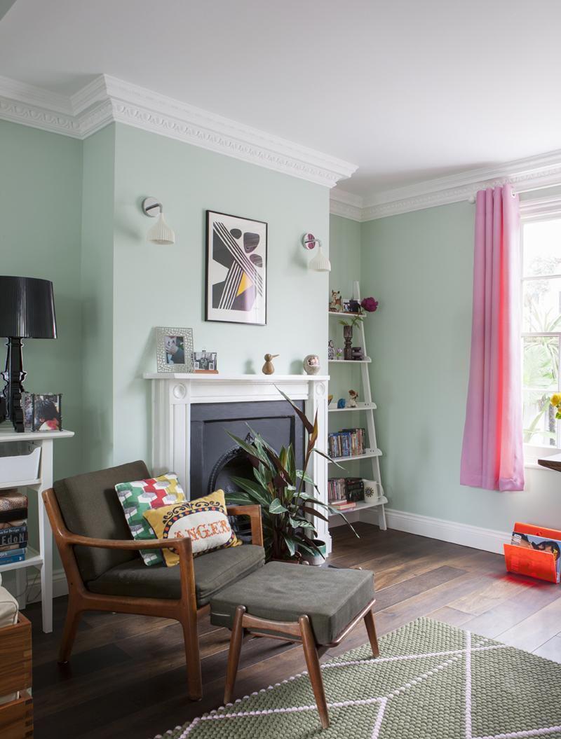 Красивая гостиная с мятными стенами