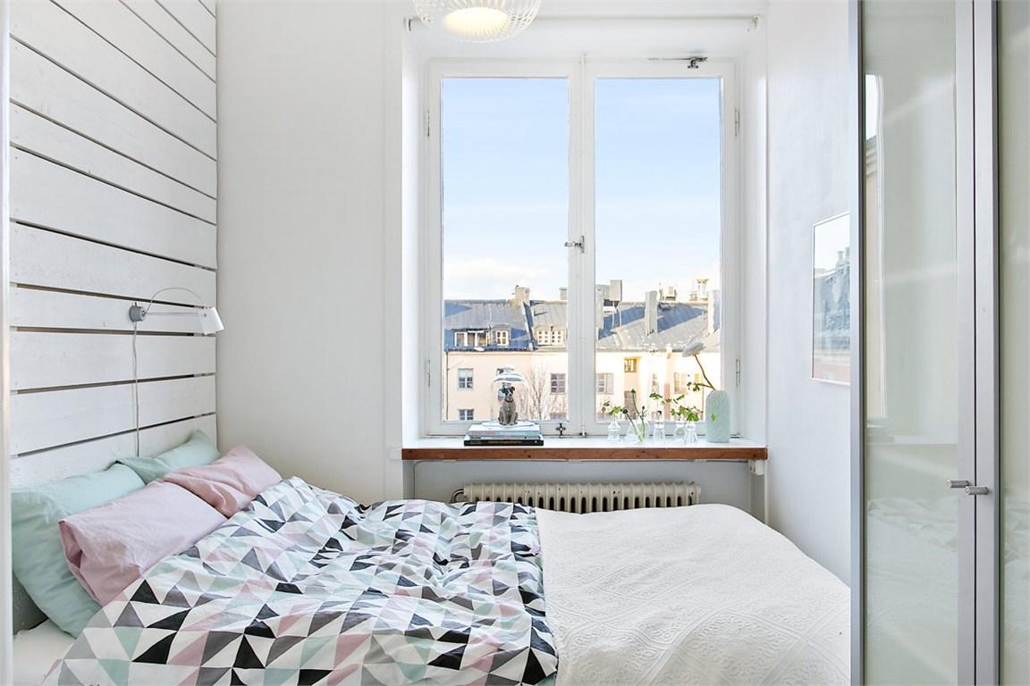 Мятные акценты в светлой спальне