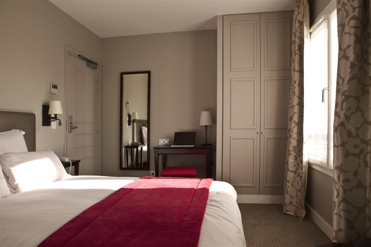 Спальня с небольшим письменным столом