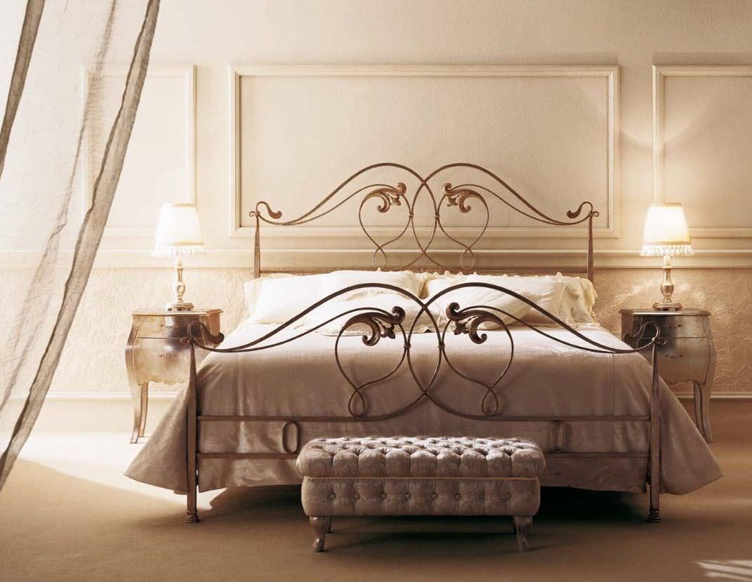 Кованая кровать в неоклассическом стиле