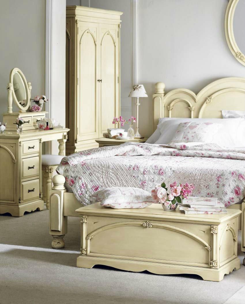 Кремово-белая спальня в стиле неоклассика