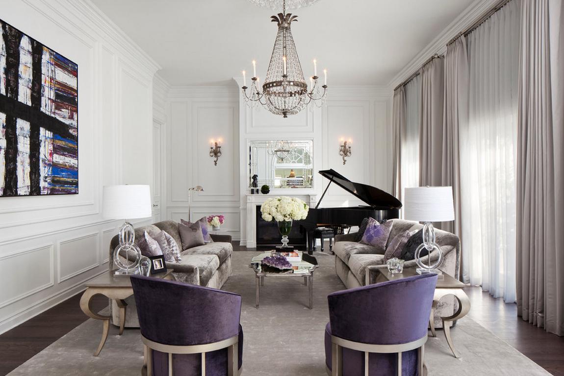 Красивая гостиная с камином и фиолетовыми акцентами в стиле неоклассика