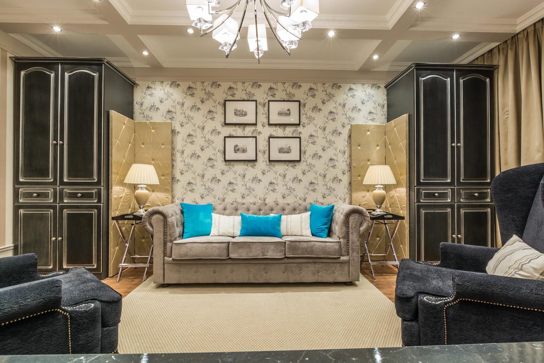Бежево-черная гостиная в стиле неоклассика