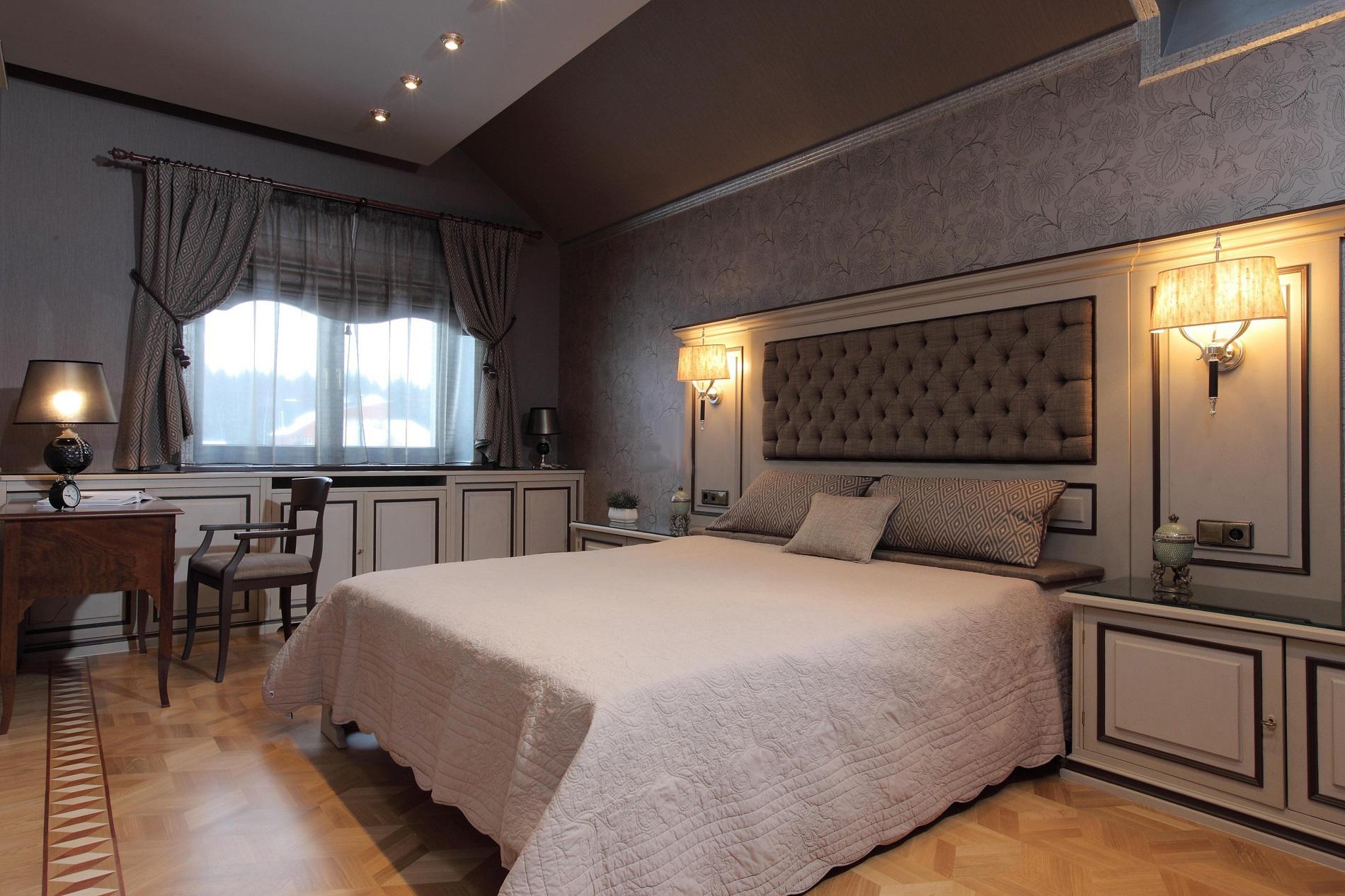 Спальня в спокойных тонах в стиле неоклассика