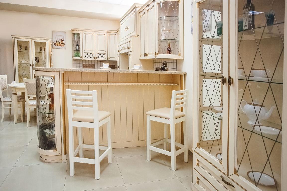 Бело-бежевая кухня с барной стойкой в стиле неоклассика