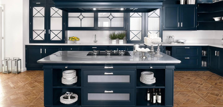 Белый, синий и коричневый цвета в интерьере кухни в стиле неоклассика