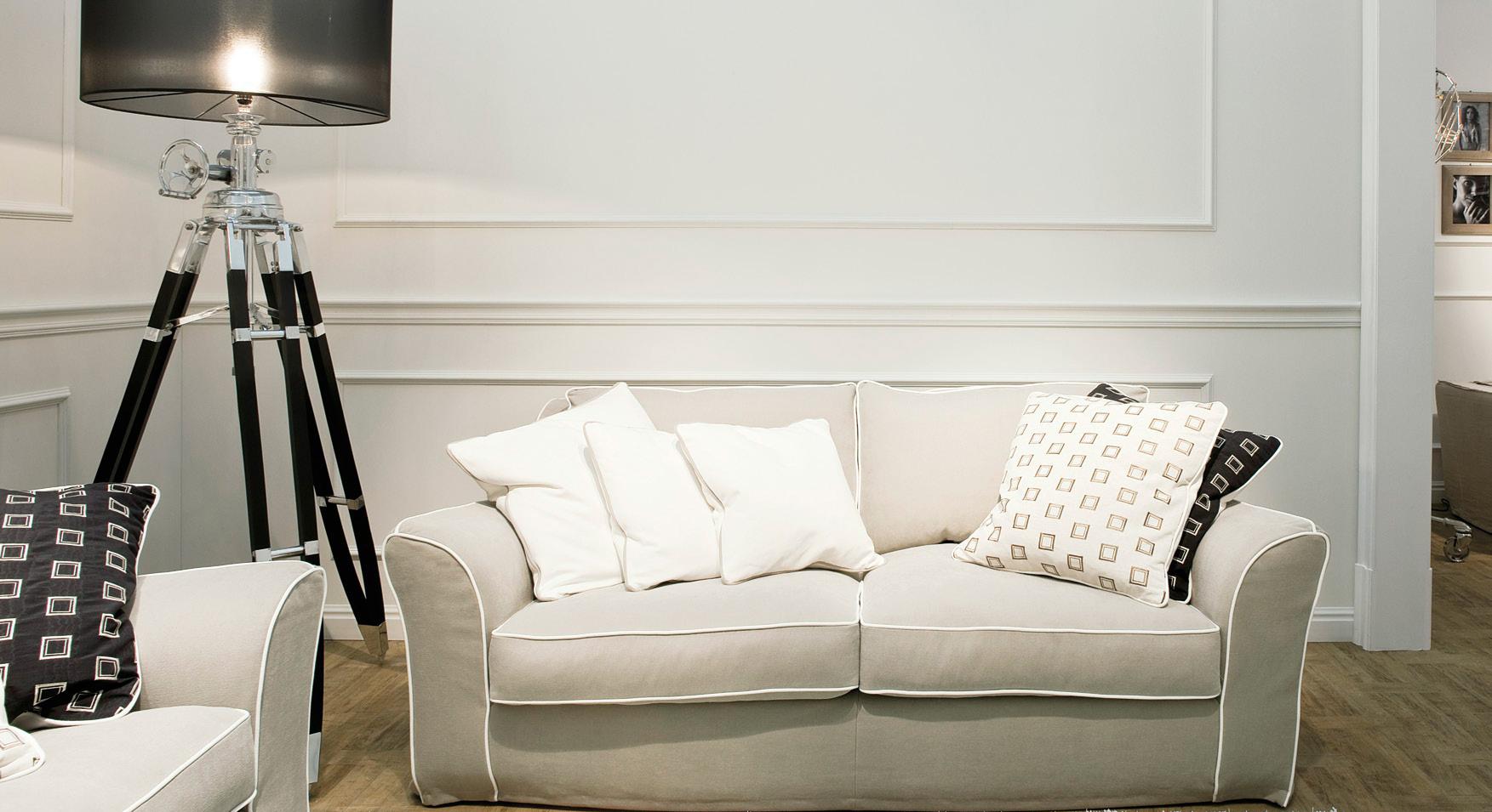 Современная светлая гостиная в стиле неоклассика