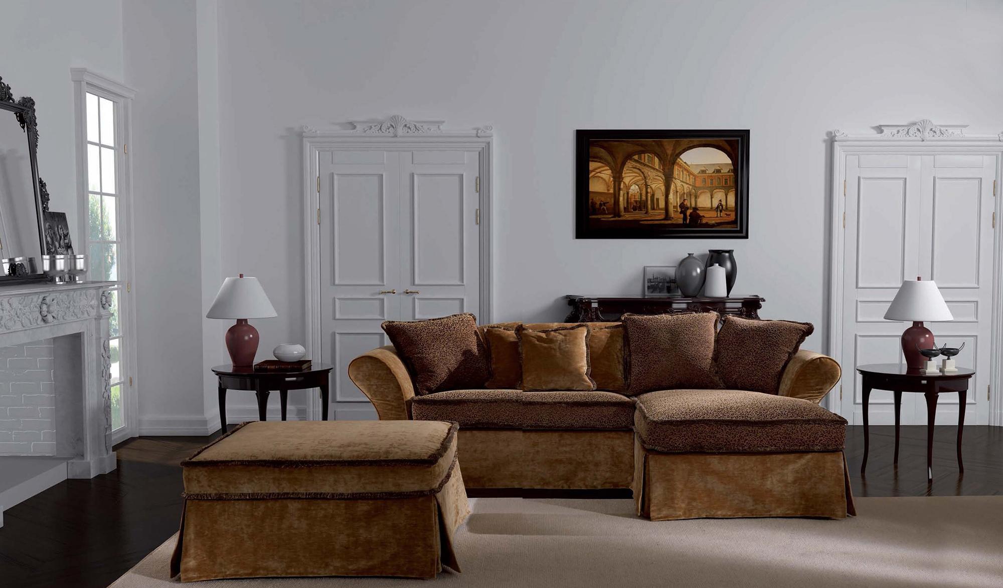 Светлая гостиная с коричневой мебелью в стиле неоклассика
