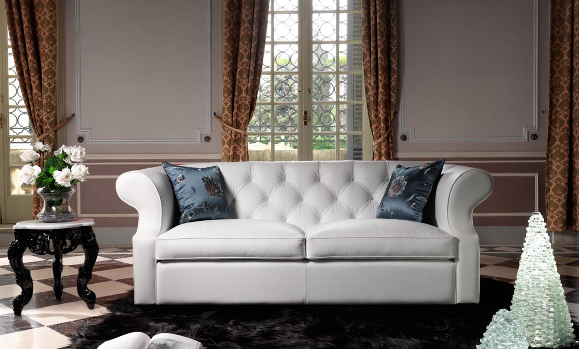 Белый диван в гостиной в стиле неоклассика