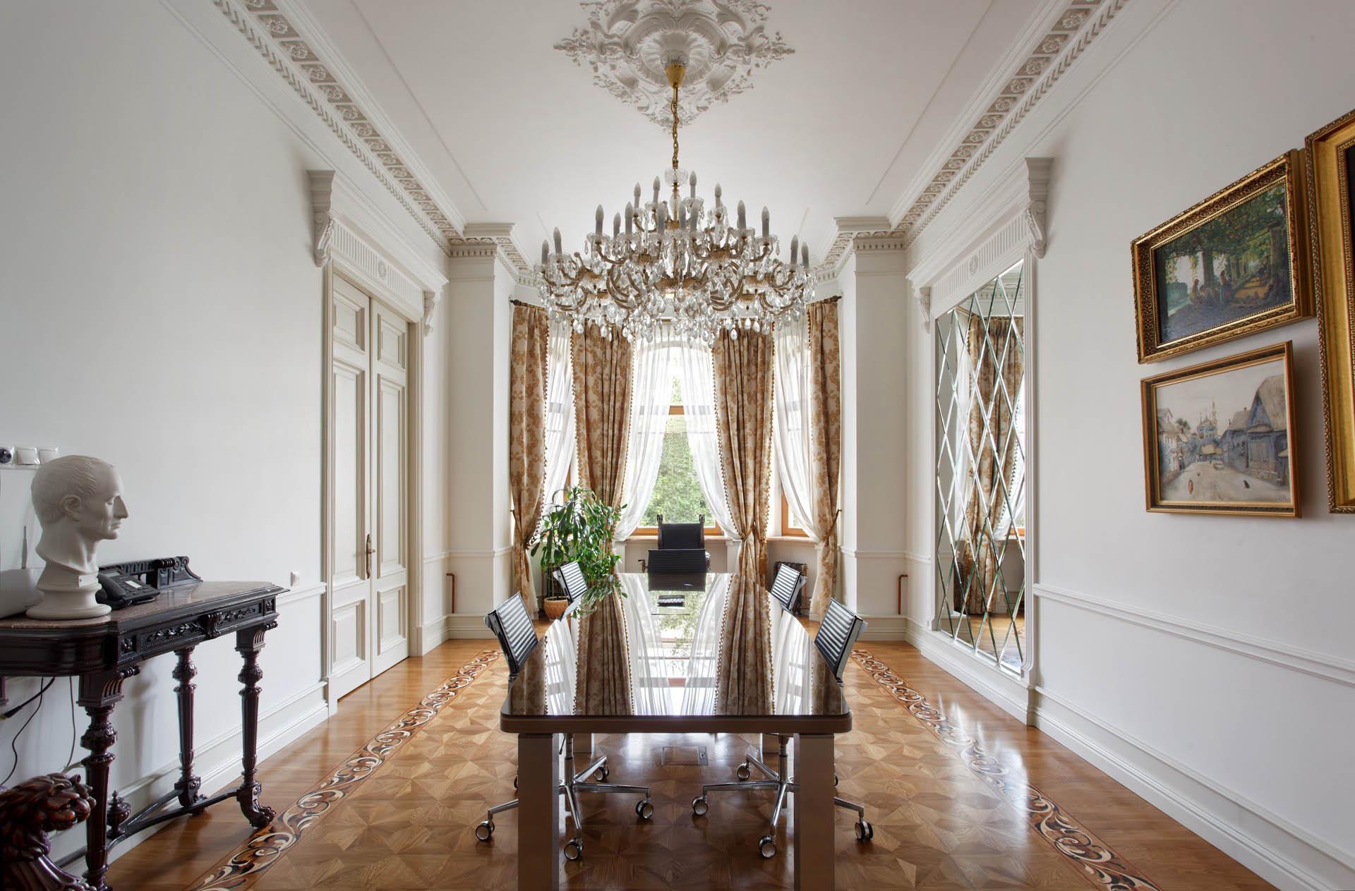Светлая большая комната в стиле неоклассика