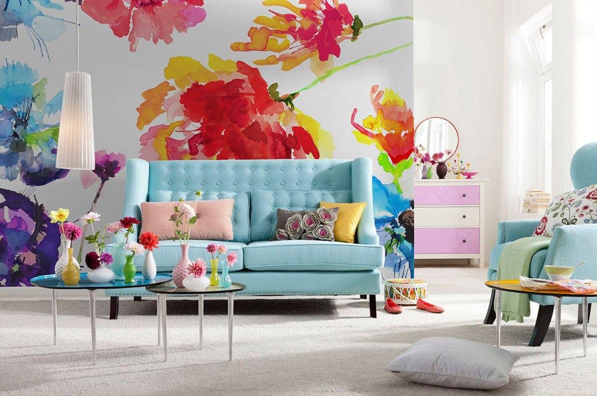 Крупные яркие цветы в дизайне обоев в гостиной