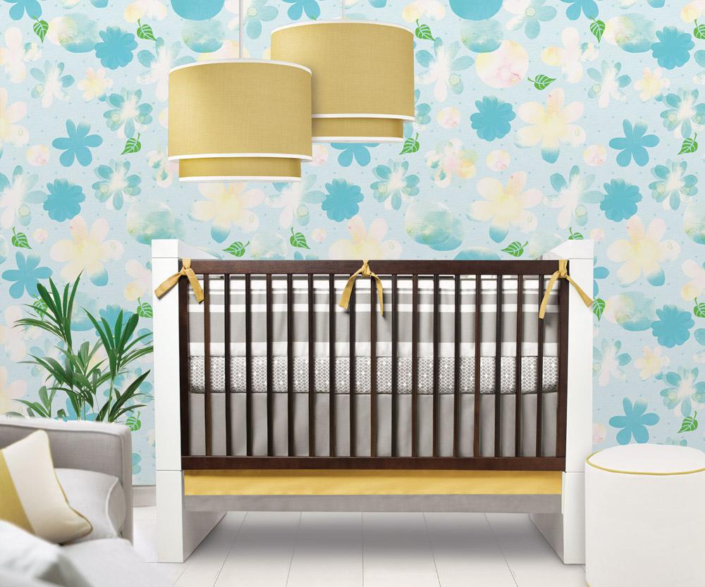 Желто-голубые цветочные обои в детской