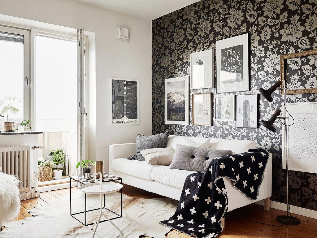 Серебристо-черные цветочные обои в гостиной