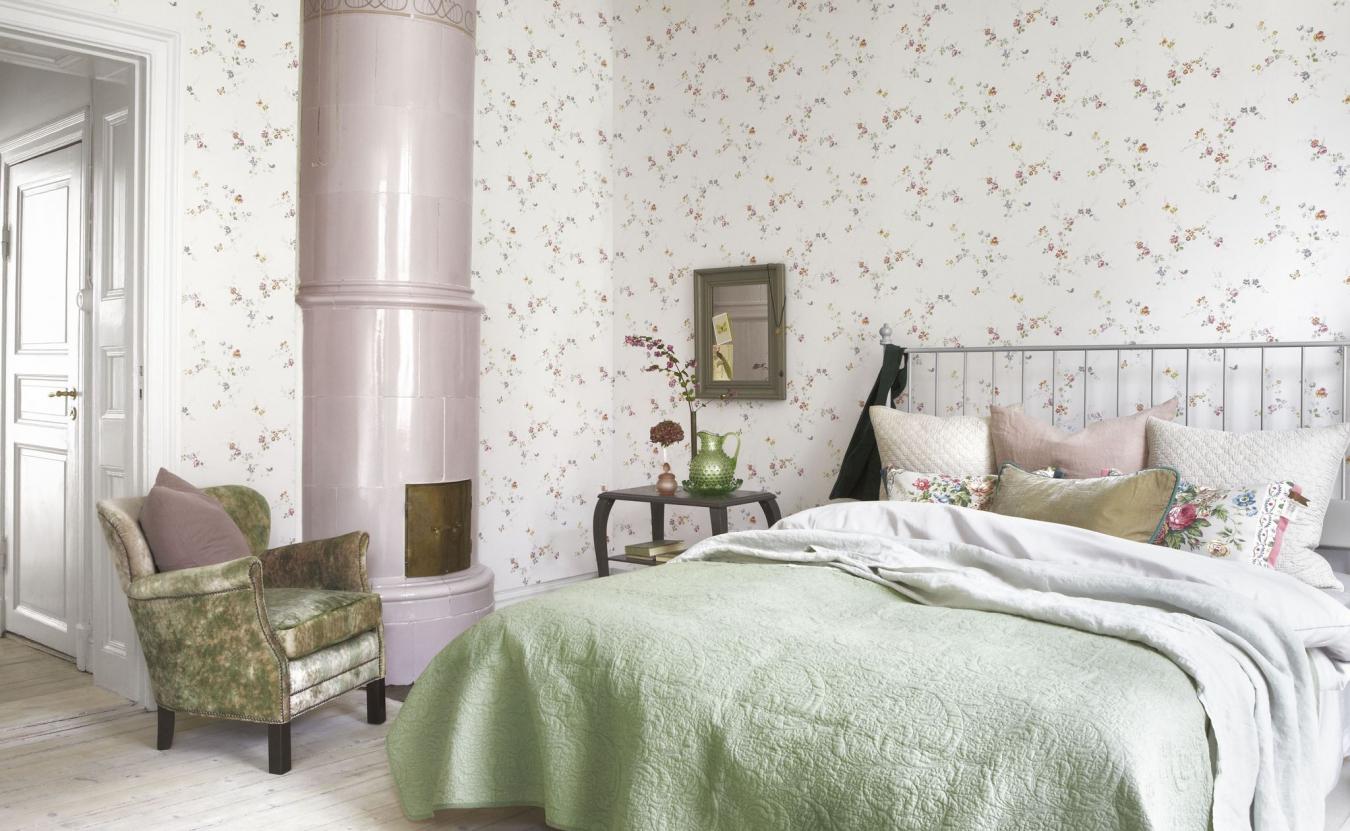 Белые обои в мелкий цветочек в спальне