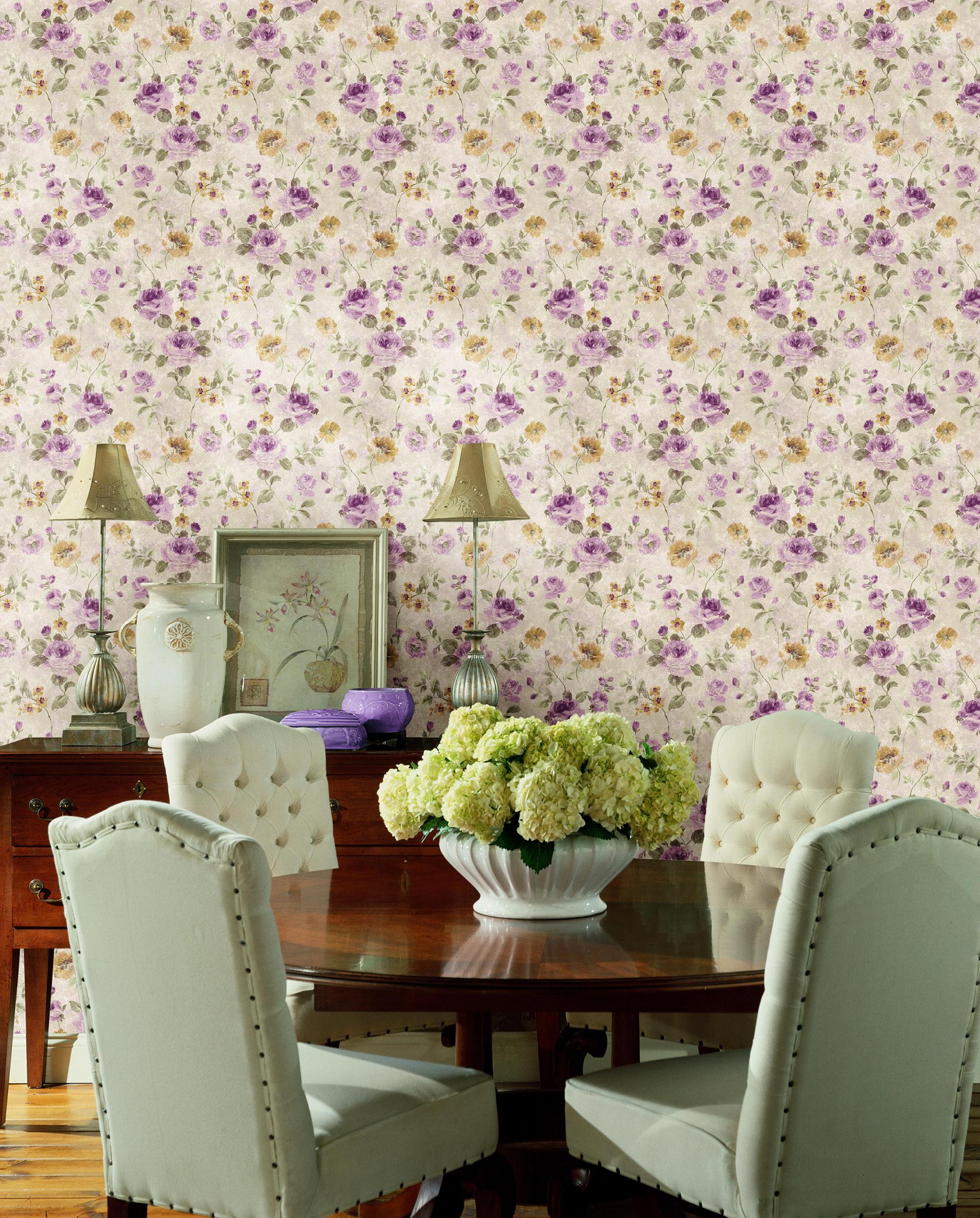Красивые цветочные обои в гостиной комнате