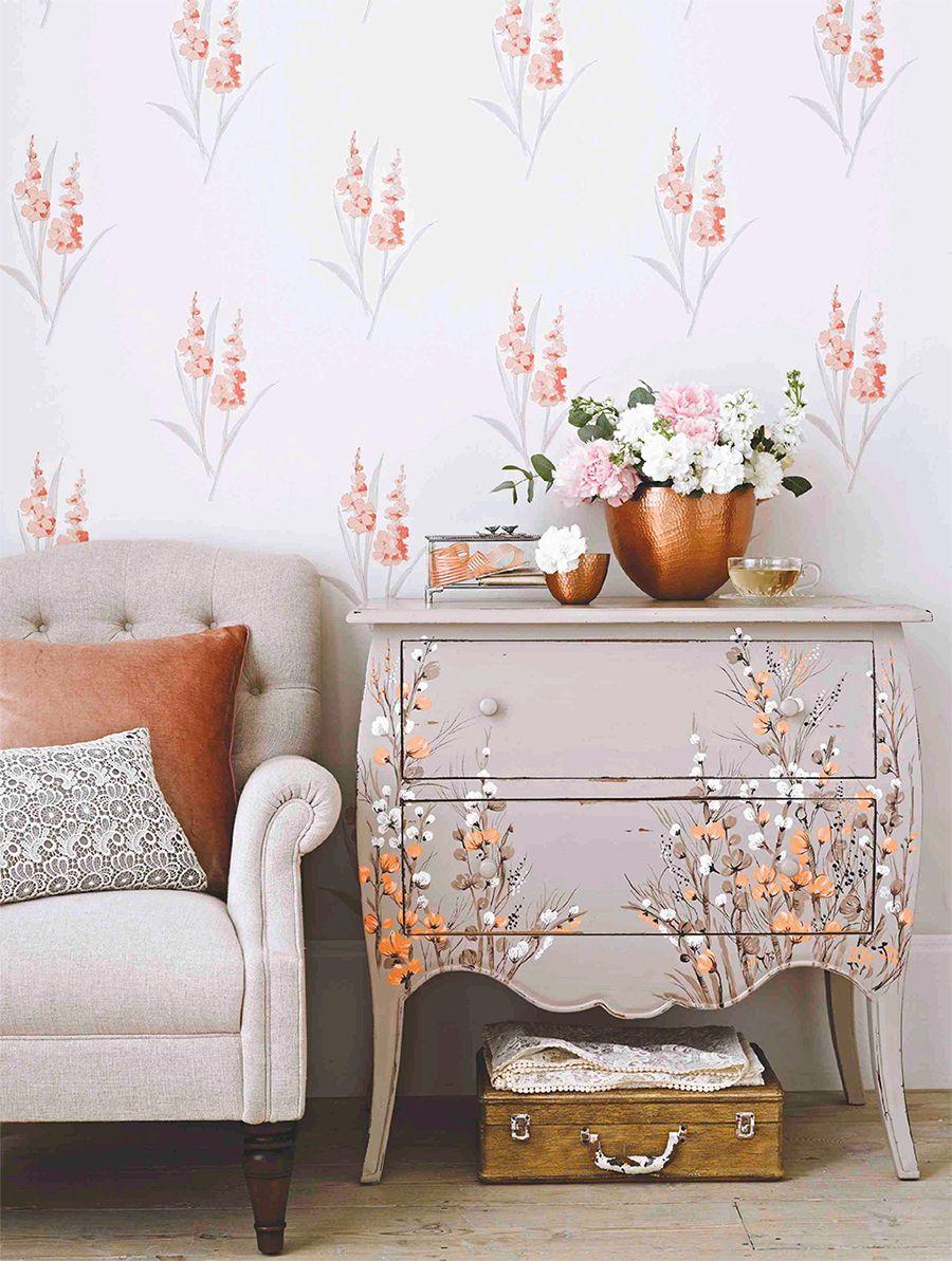Гармоничное сочетание цветочных обоев и мебели в интерьере