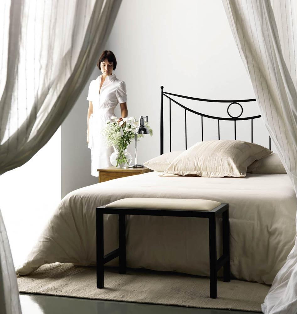 Кованая кровать с одним изголовьем
