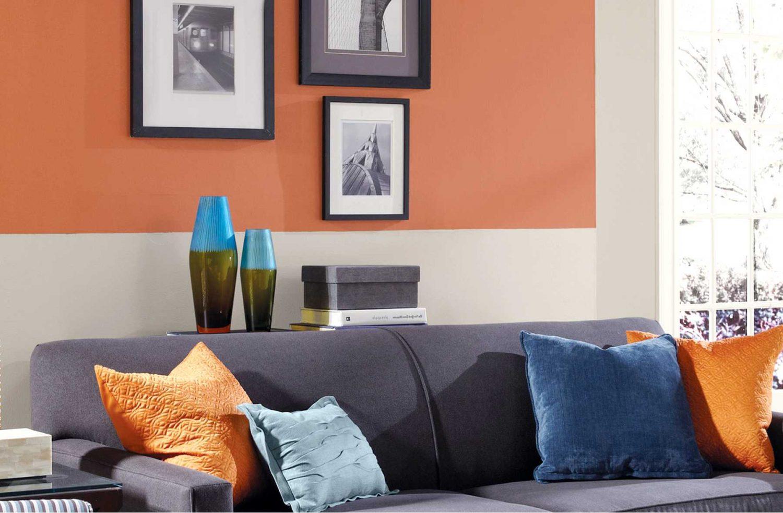 Персиковый цвет на однотонной стене в интерьере