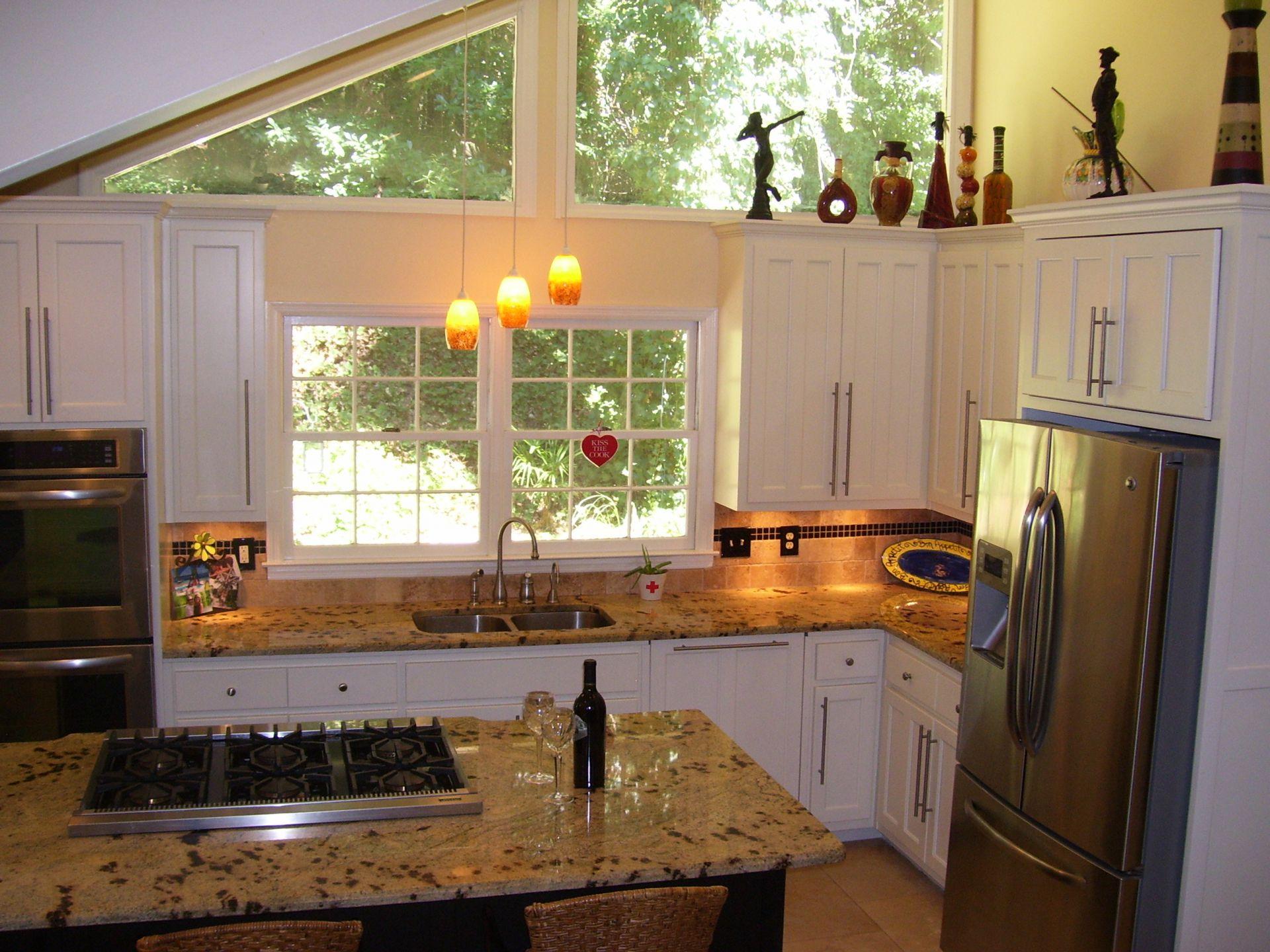 Кухня с окнами в частном доме