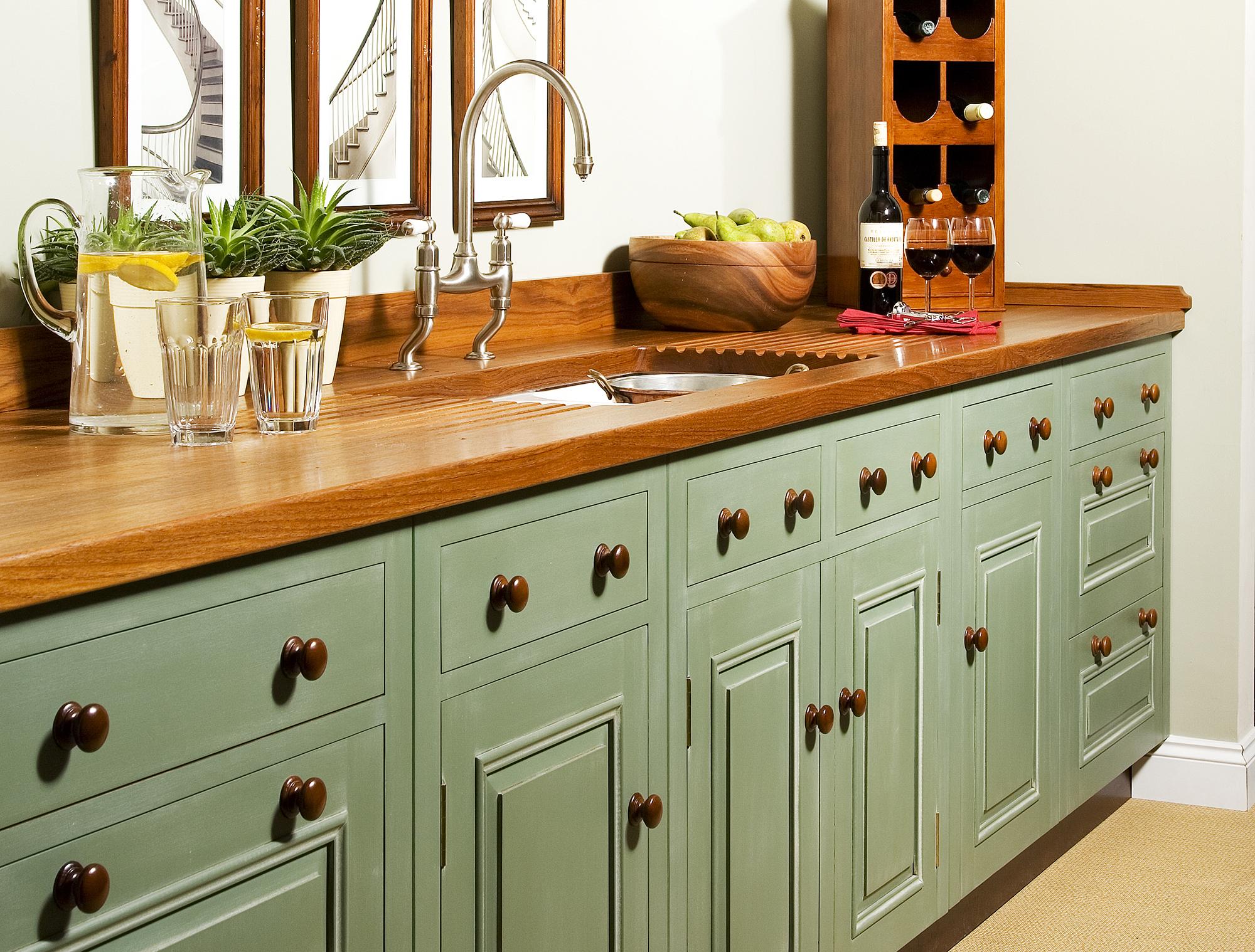Оливковый фасад кухни