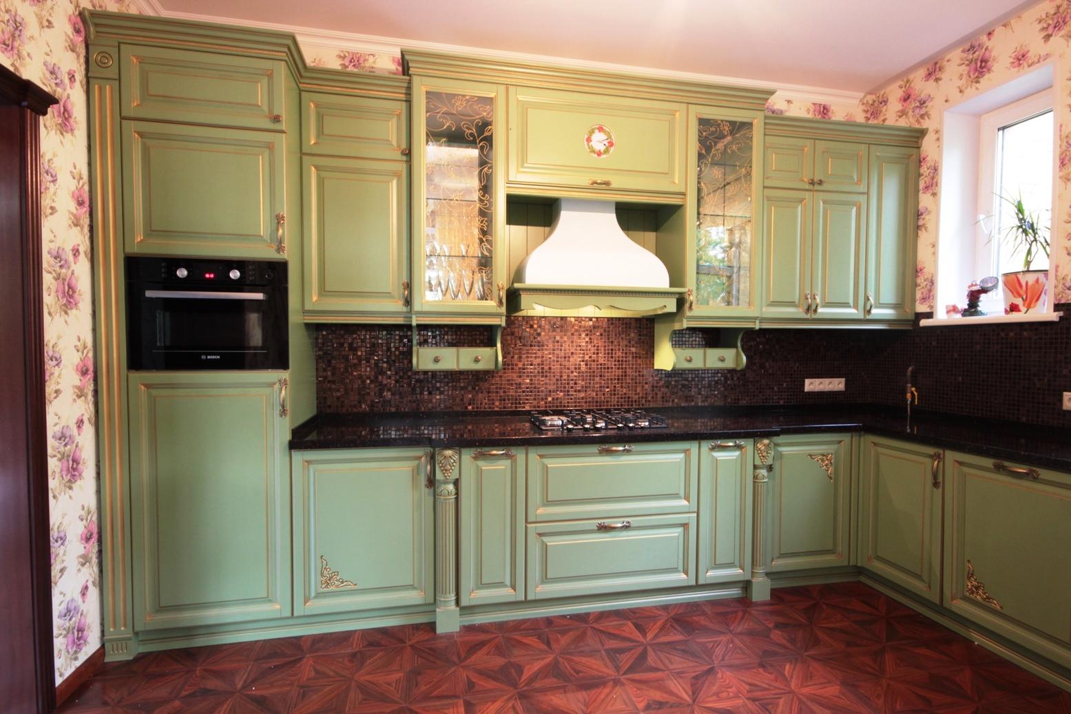 Оливковый кухонный гарнитур в стиле прованс