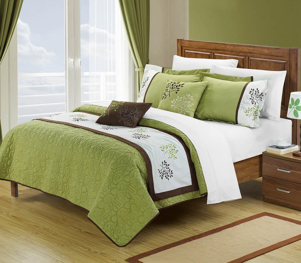 Оливковые стены, постельное белье и шторы в спальне