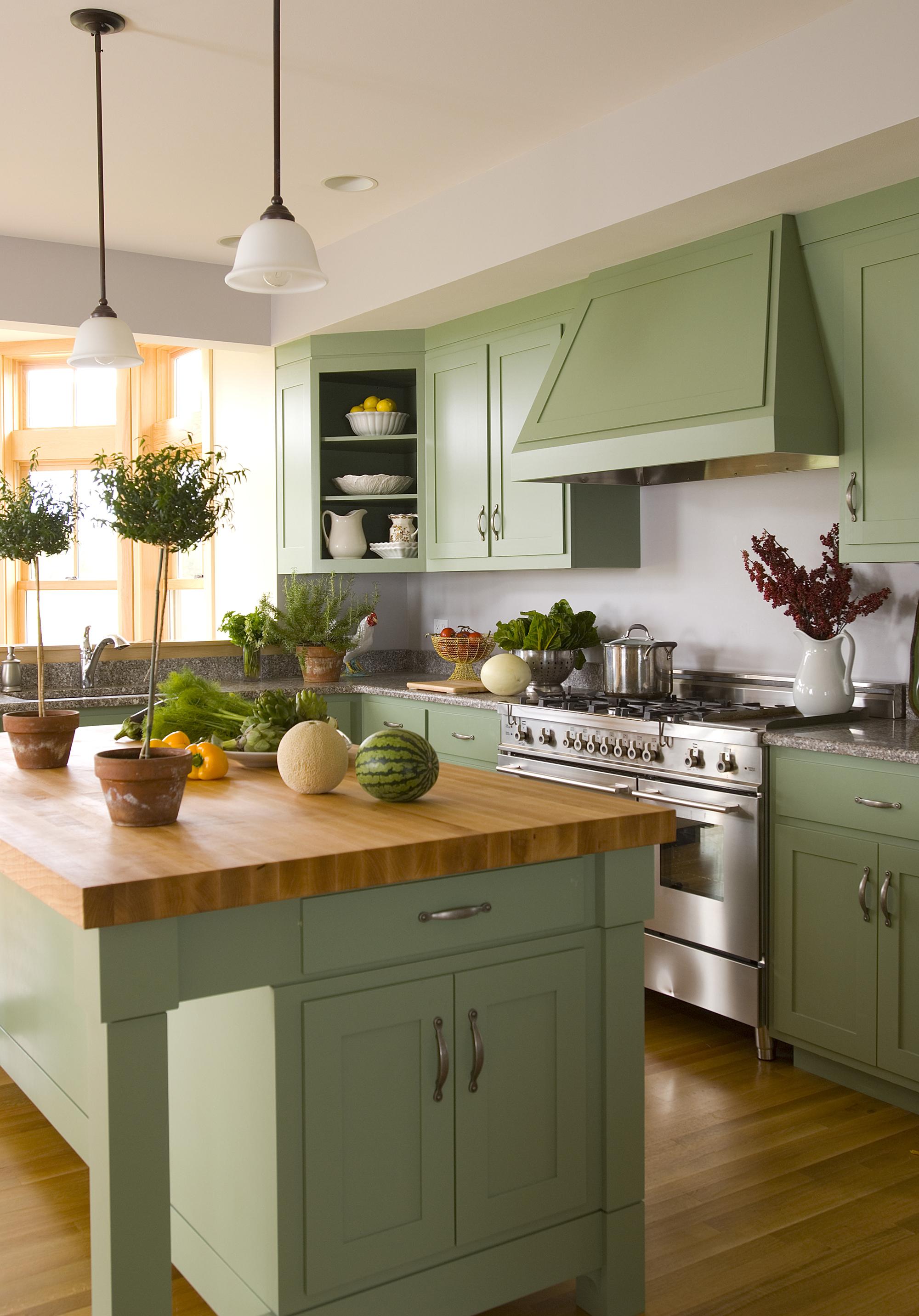Оливково-кремовая кухня в деревенском стиле