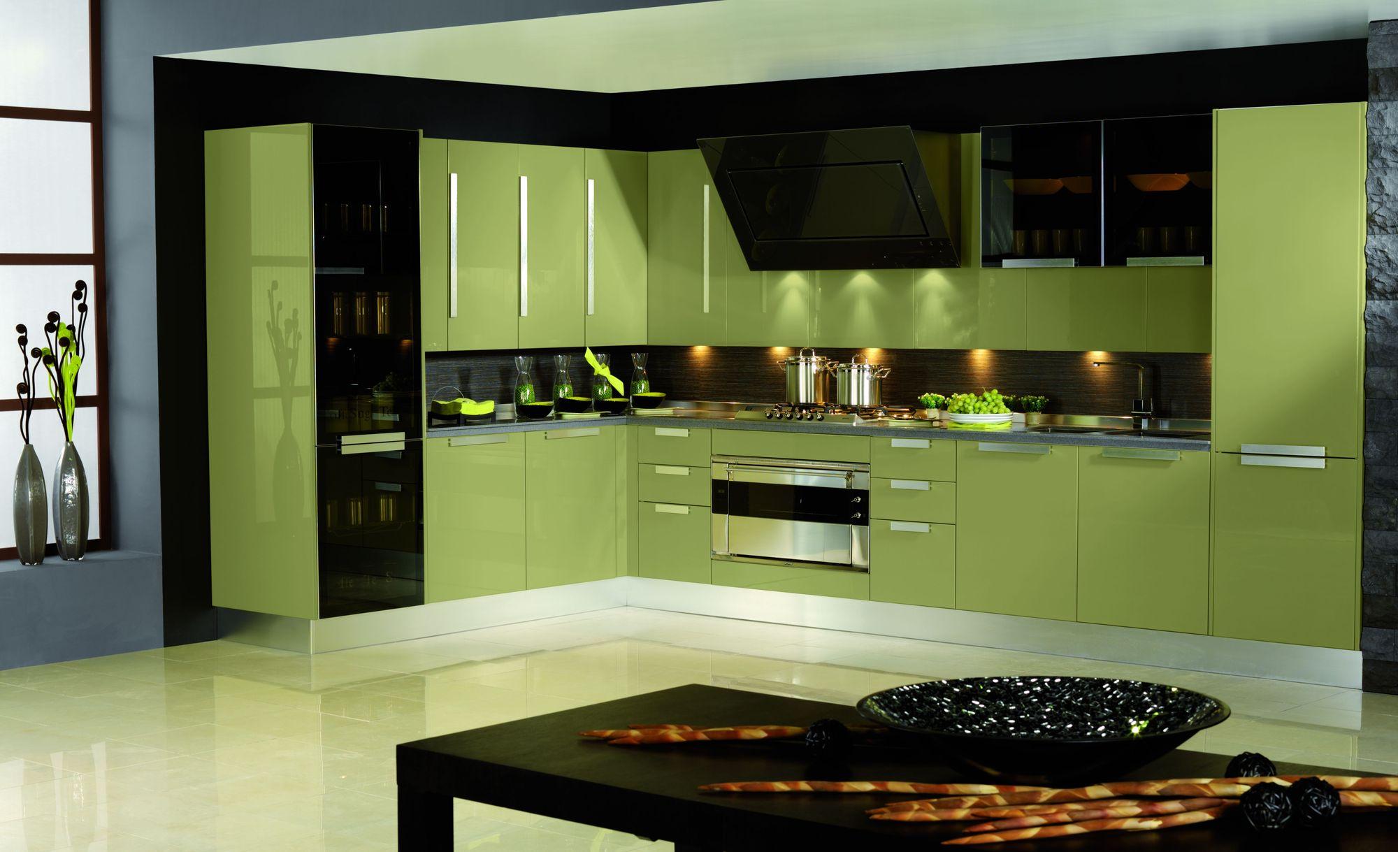 Сочетание черного и оливкового цветов на кухне