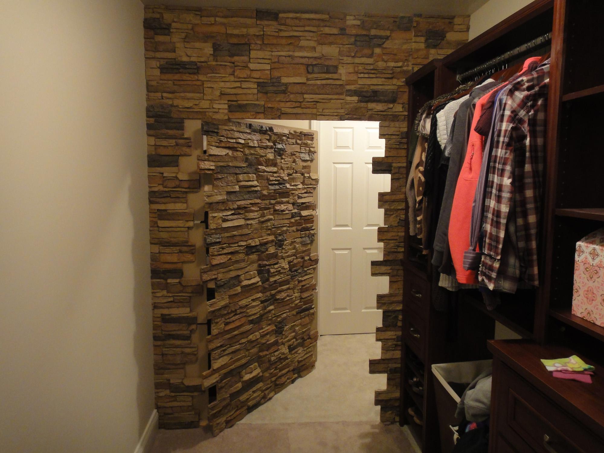Необычная отделка гардеробной декоративным камнем