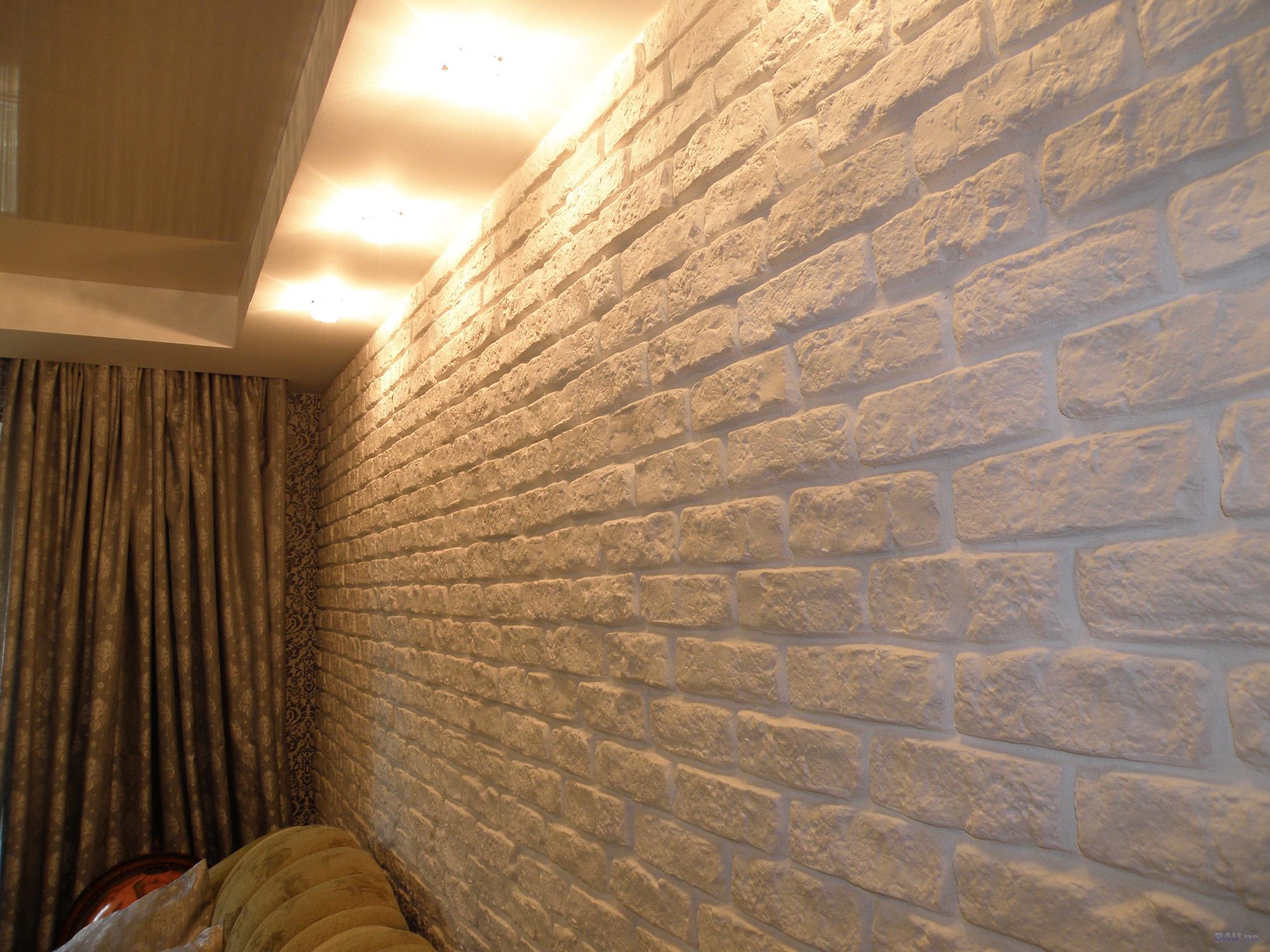 Декоративный камень под кирпич на стене квартиры