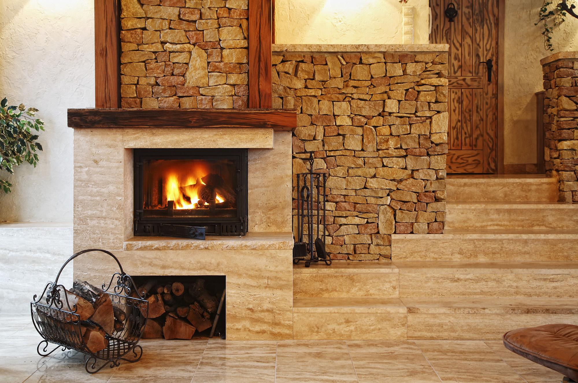 Декоративный камень в облицовке стен внутри дома