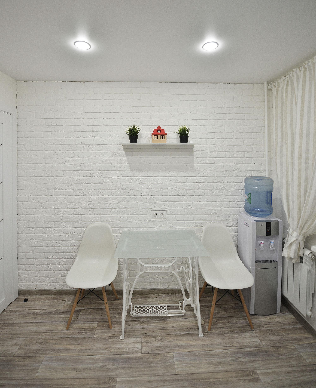 Белый декоративный камень под кирпич на кухне