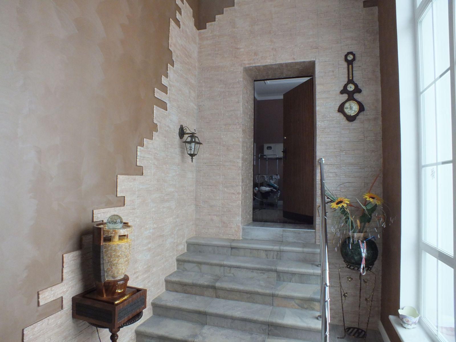 Выход в коридор, украшенный декоративным камнем