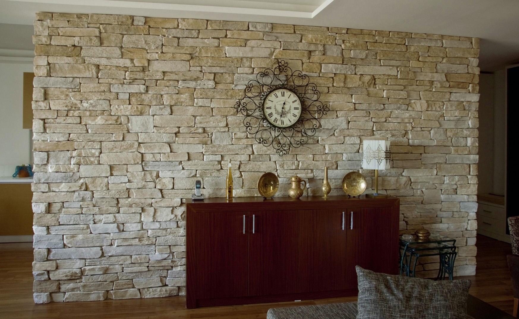 Украшение стены в гостиной камнем