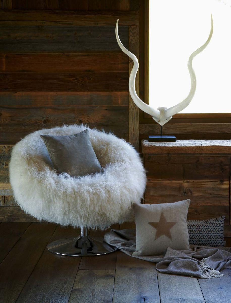 Кресло и декор для спальни в охотничьем стиле