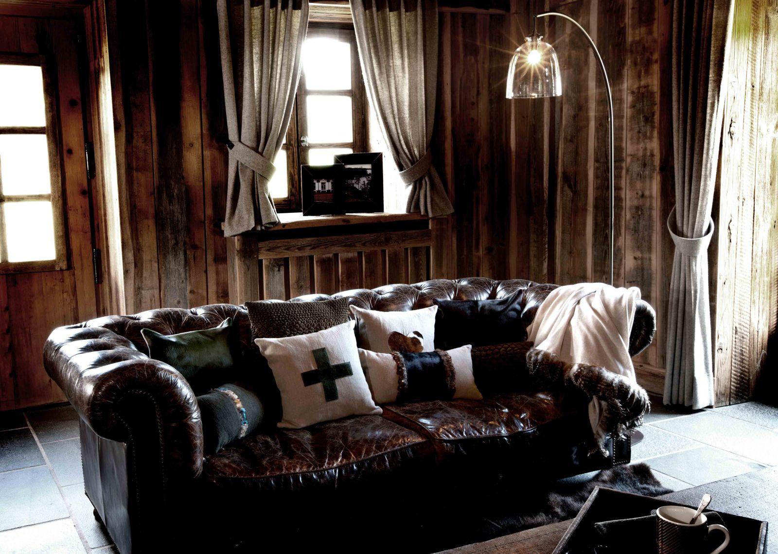 Небольшая гостиная в темных тонах в охотничьем стиле/шале