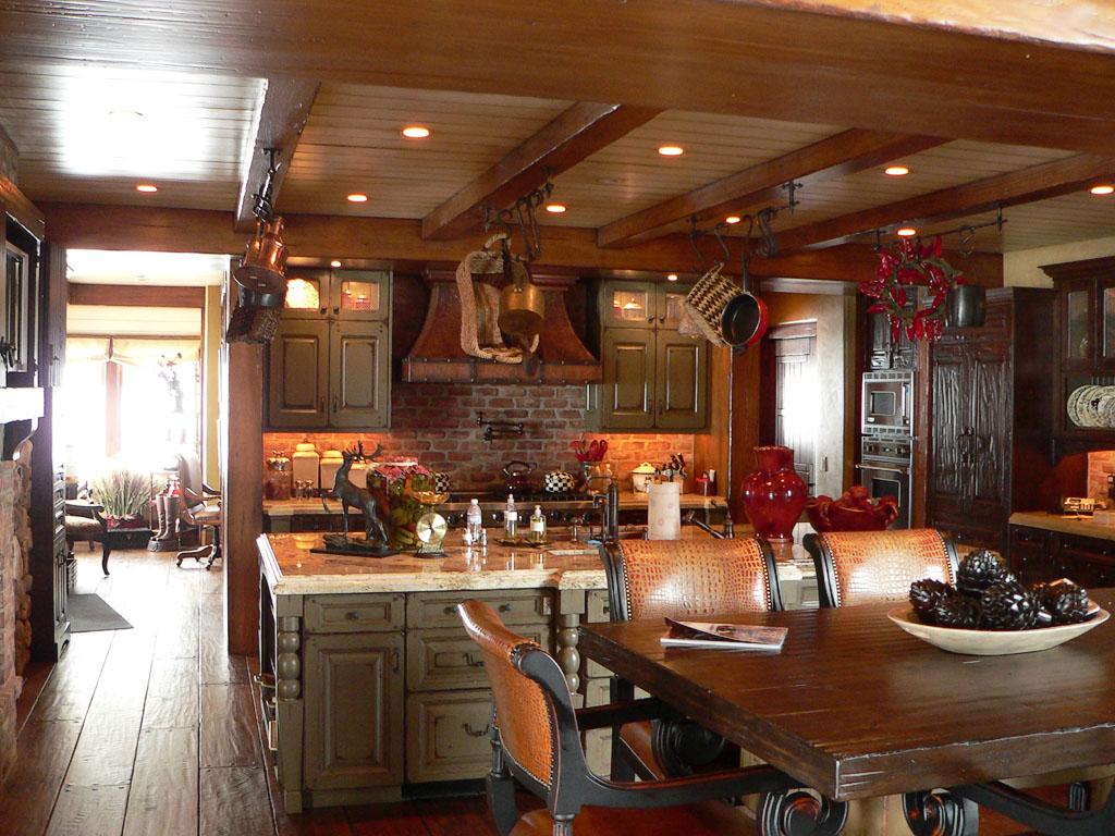 Кухня-столовая в охотничьем стиле