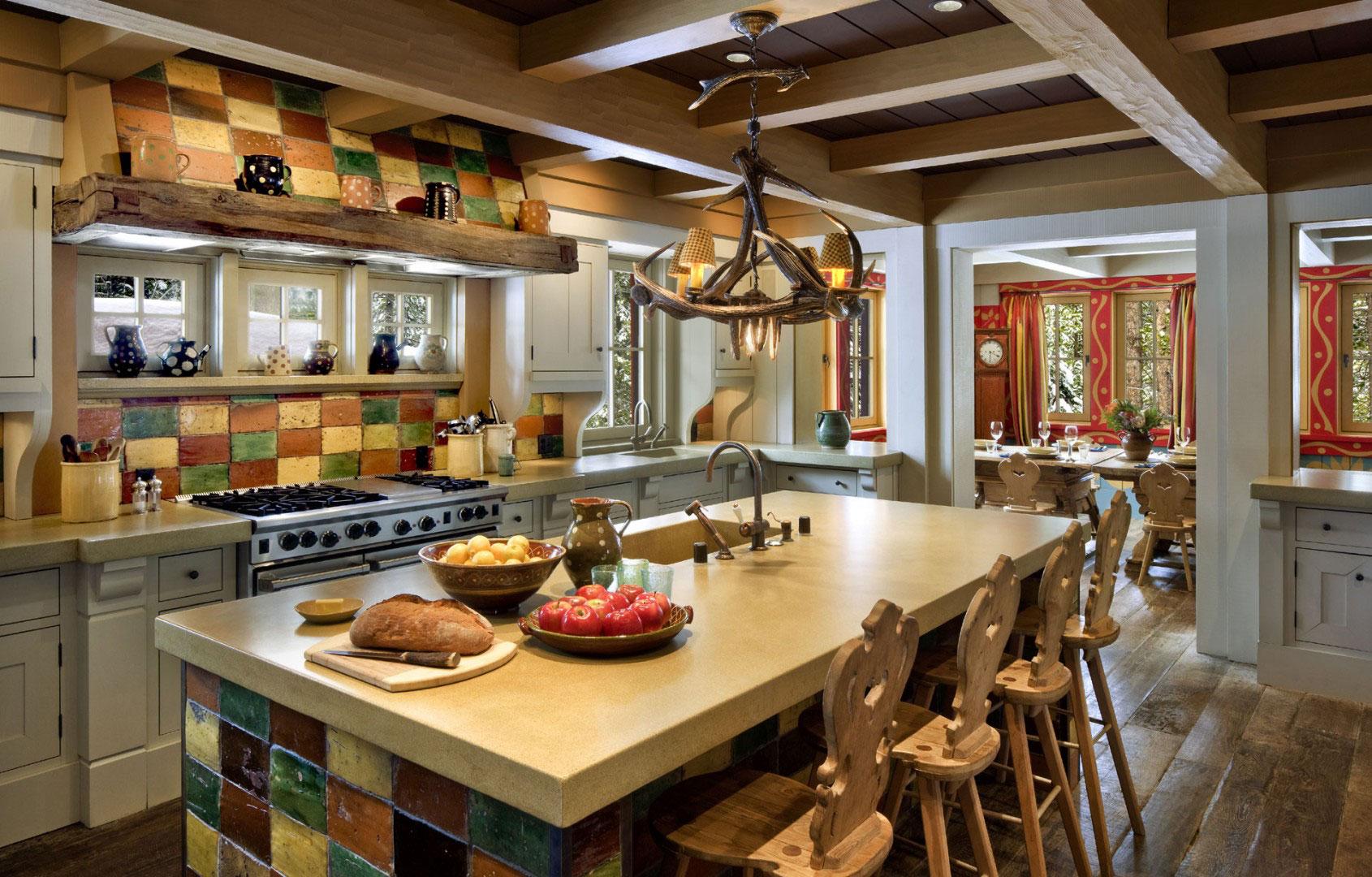 Кухня с островом в охотничьем стиле