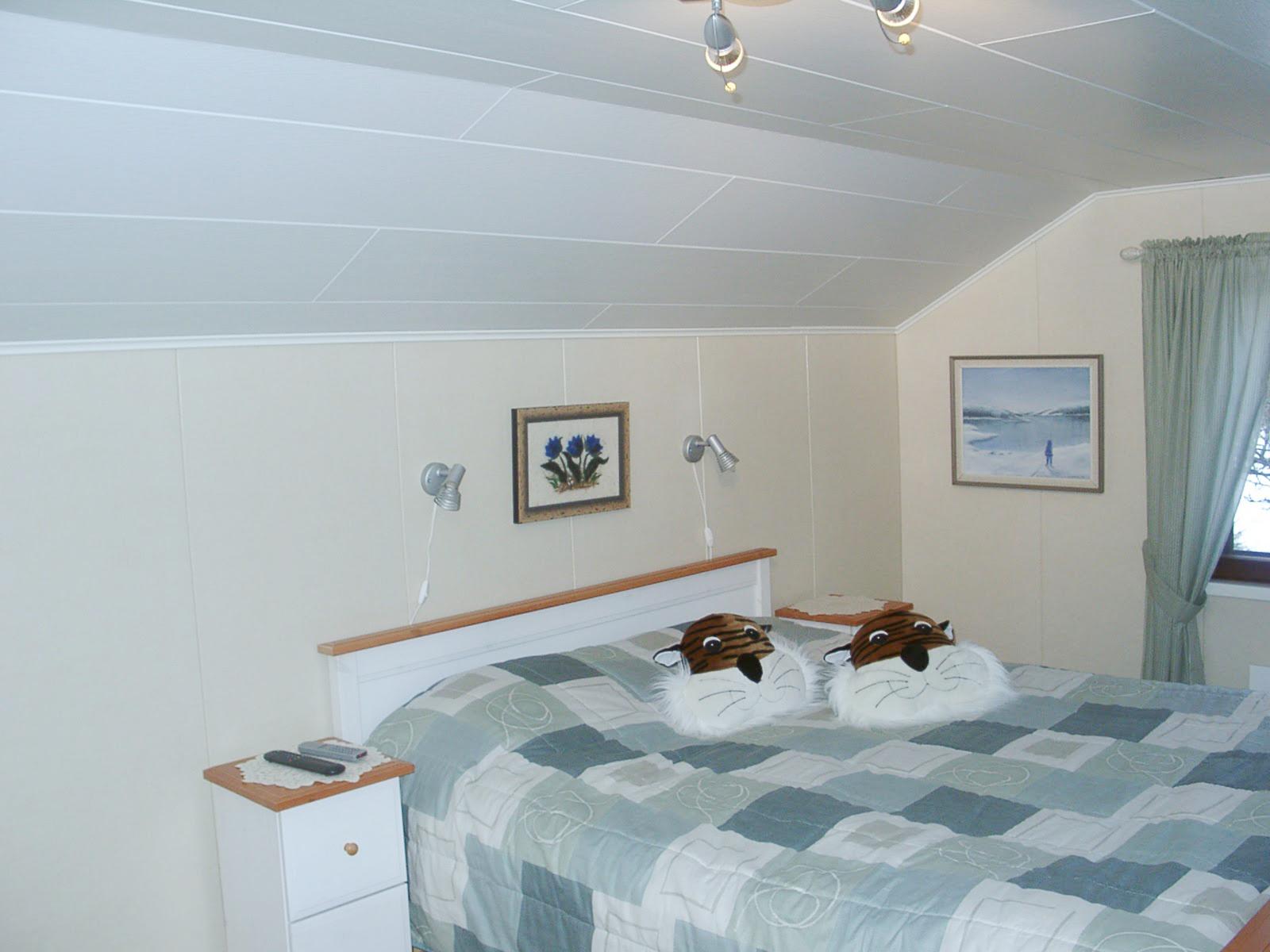 Белые и кремовые ПВХ панели в спальне