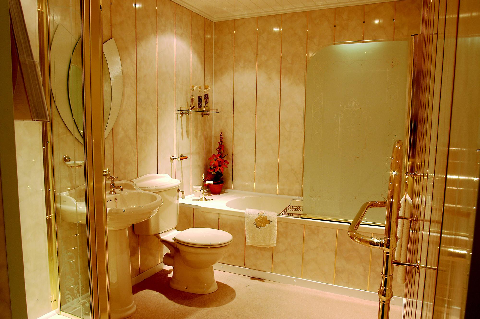 Кремово-золотистый дизайн ванной с помощью ПВХ панелей