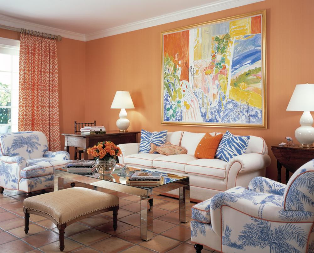Персиковые стены в гостиной